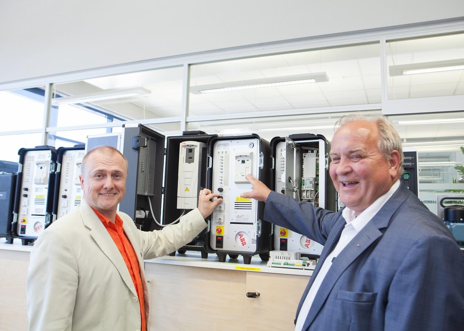 ABB on võtnud suuna targa tehase poole. Pildil ettevõtte juht Bo Henriksson ning Leho Kuusk, ettevõtte automaatikaprojektide äriüksuse juht Balti riikides. Foto:Julia-Maria Linna.