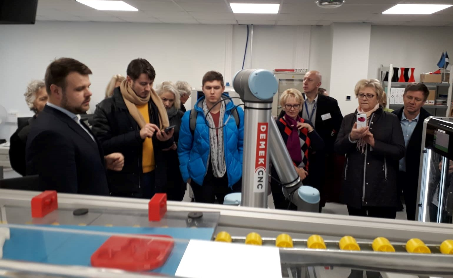 Projekt 4Change partnerid tutvust tegemas Tallinna Tehnikakõrgkooli INDUSTRY 4.0 laboriga. Foto: erakogu