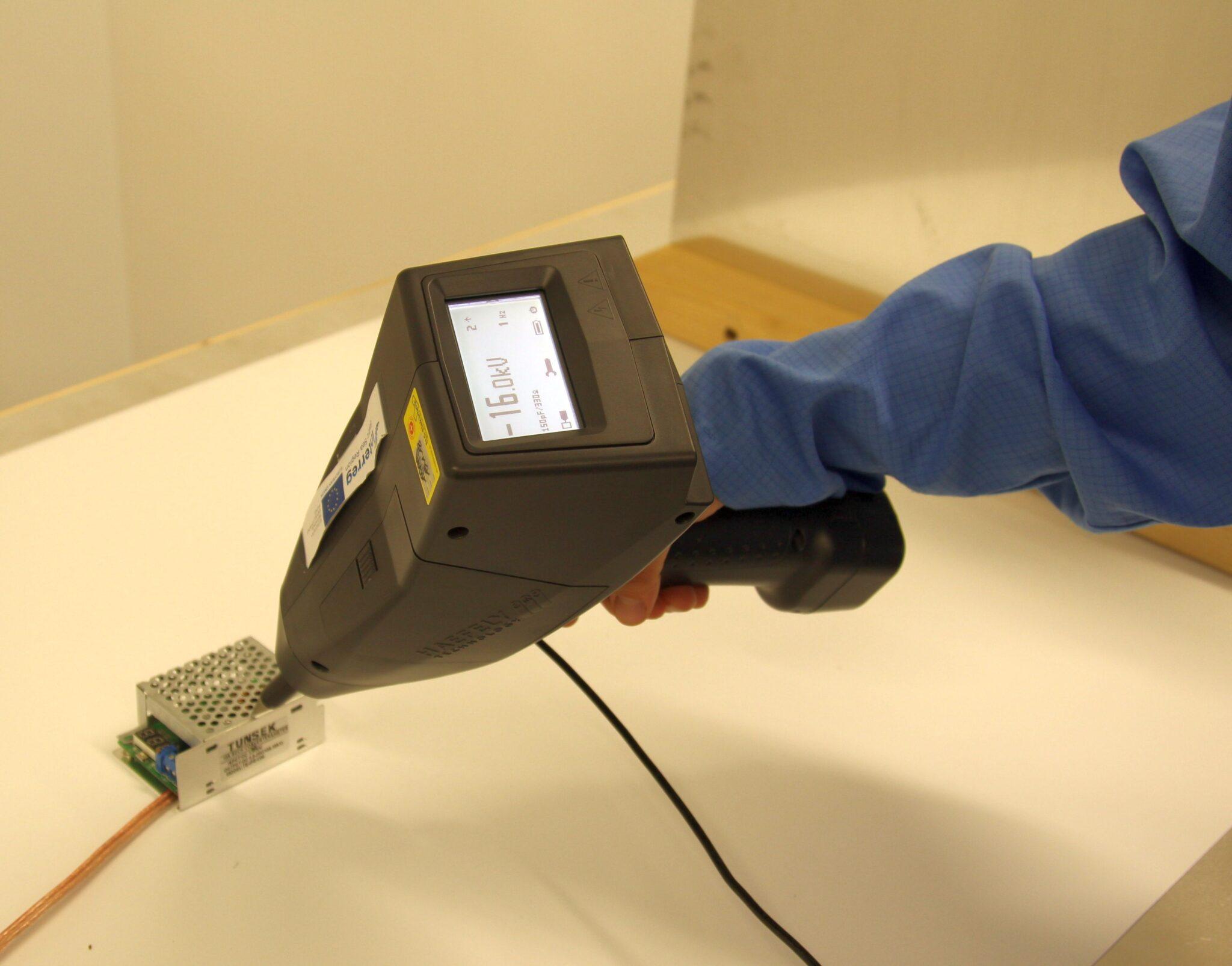 Seadmete töökindluse katsetamine elektrostaatilise laengu mõju suhtes. Foto: TÜ Observatoorium