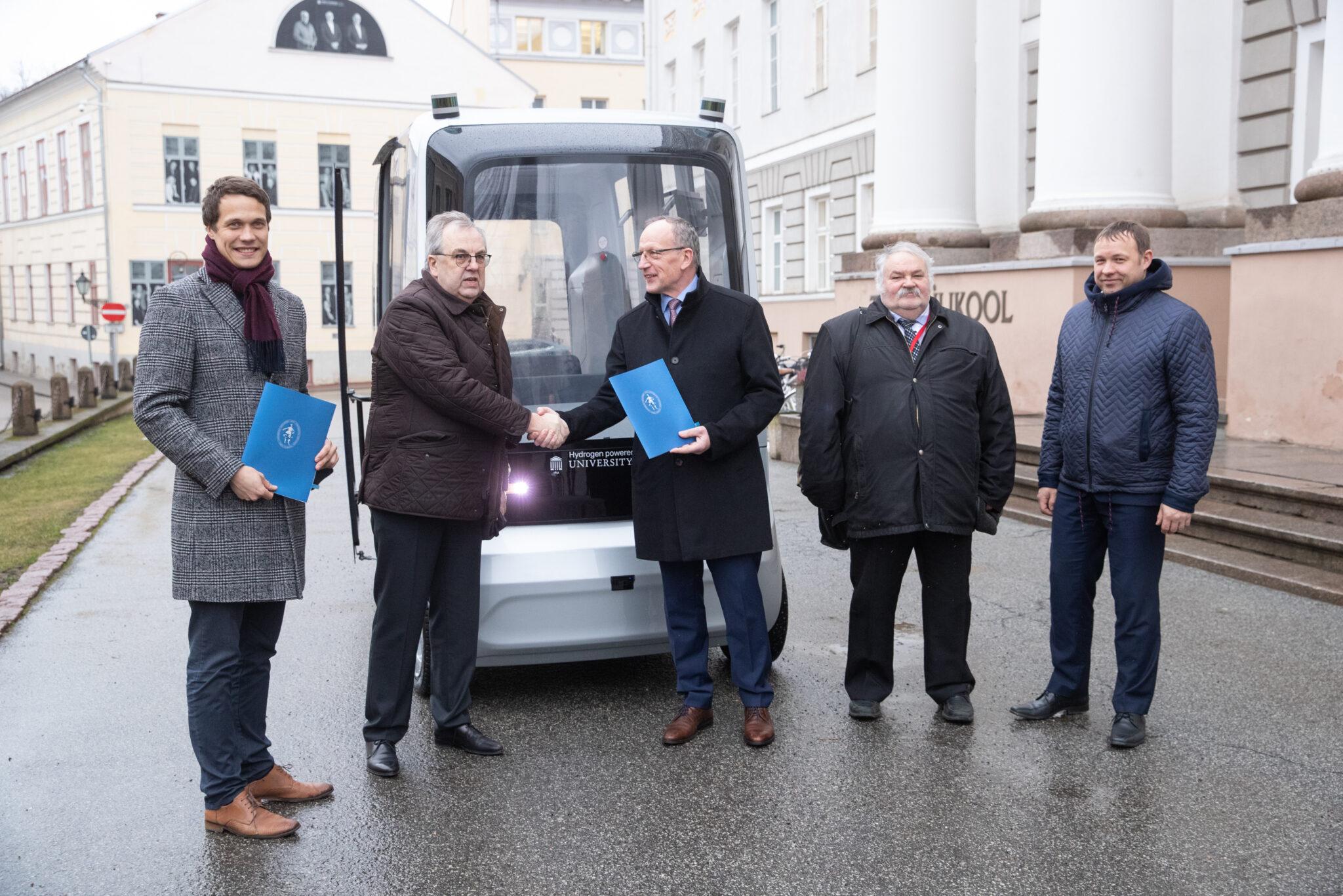Tänavu veebruaris sõlmisid Tartu Ülikool ja Auve Tech lepingu vesiniku jõul töötava isejuhtiva sõiduki loomiseks. Foto: Aldo Luud