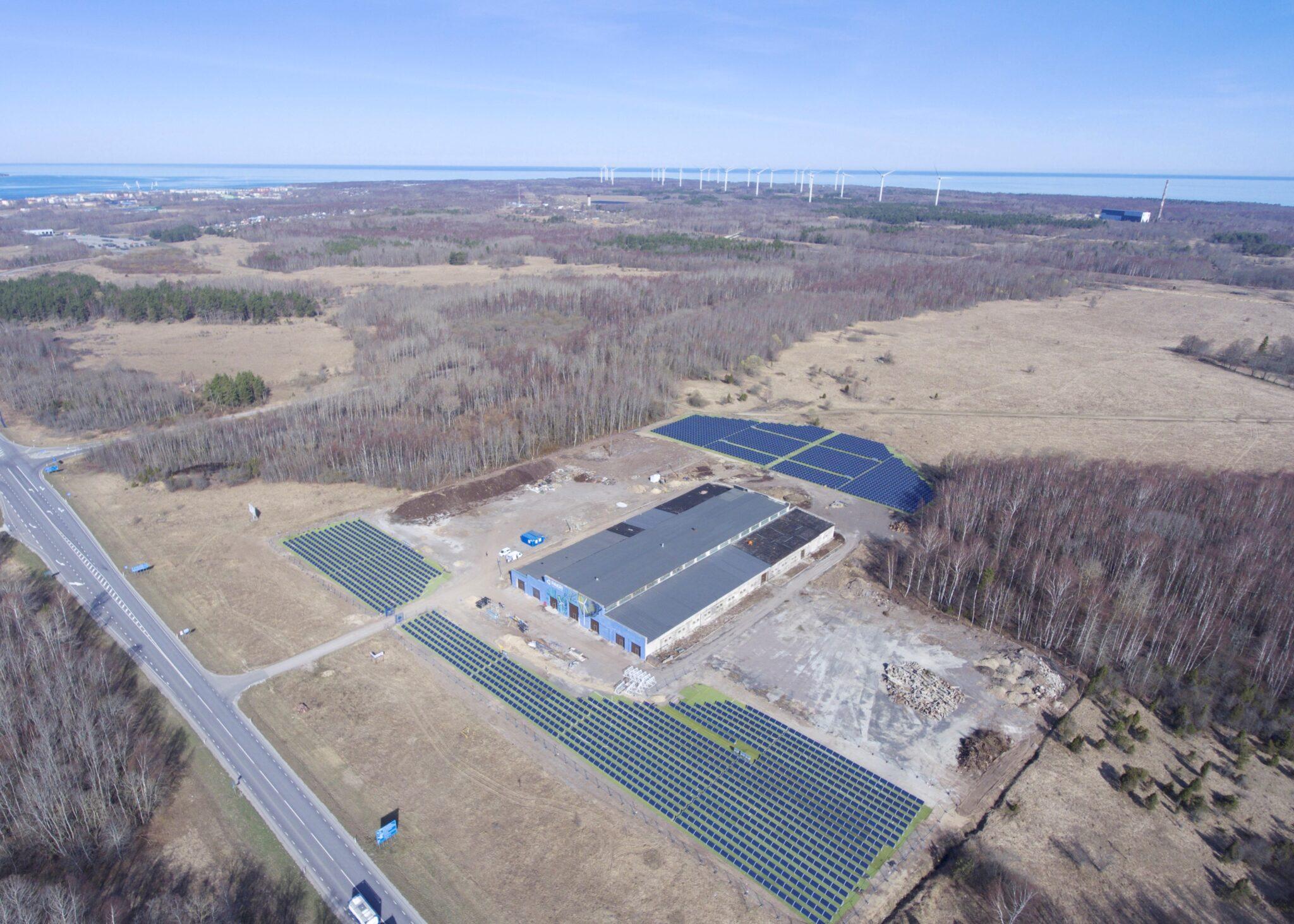 Vaade Pakri teadus- ja tööstuspargile linnulennult, taamal paistavad tuulikud. Pakri tööstuspark. Foto: Allan Leppikson