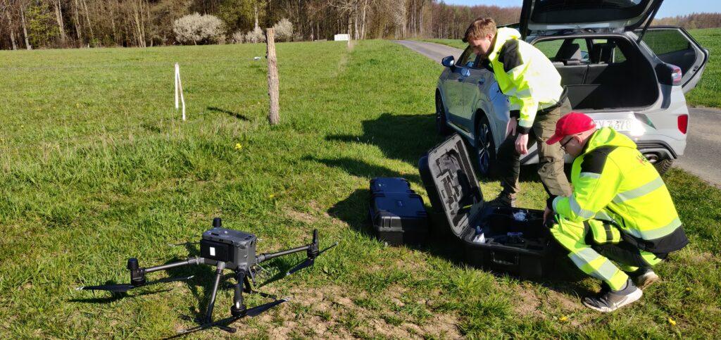 Hepta Airborn meeskond valmistub drooni abil elektriliinide seiret tegema. Foto: Hepta Airborn